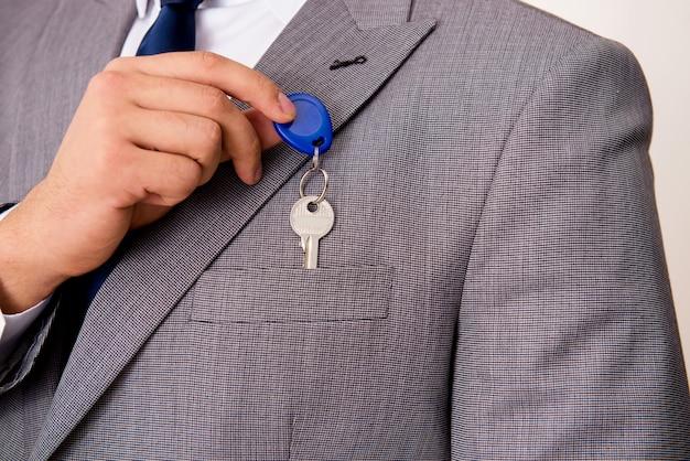 Homem negócios, em, bens imóveis, conceito, com, tecla casa