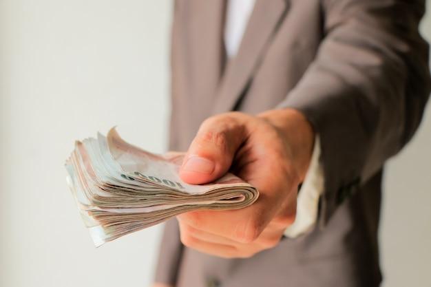 Homem negócios, em, paleto, dar, muitos, dinheiro