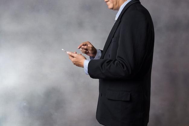 Homem negócios, em, paleto, uso, sem fios, digital, tabuleta, dispositivo