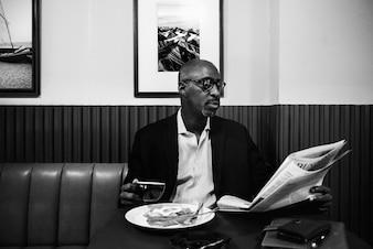 Homem negócios, em, restaurante, para, um, refeição