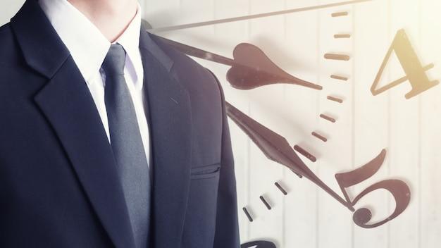 Homem negócios, em, suite, com, relógio, agulhas