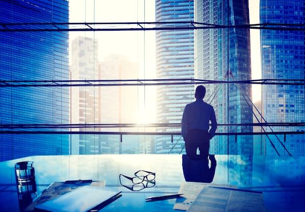 Homem negócios, em, um, cidade grande
