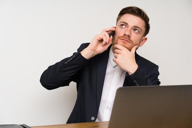 Homem negócios, em, um, escritório, com, móvel