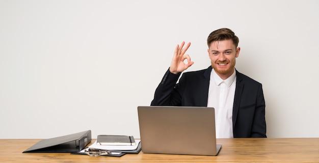 Homem negócios, em, um, escritório, mostrando, tá bom sinal, com, dedos