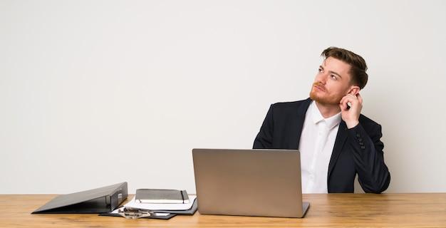 Homem negócios, em, um, escritório, pensando uma idéia