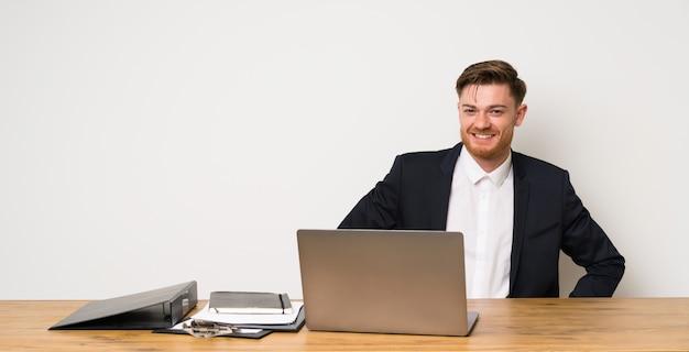 Homem negócios, em, um, escritório, posar, com, braços quadril, e, sorrindo