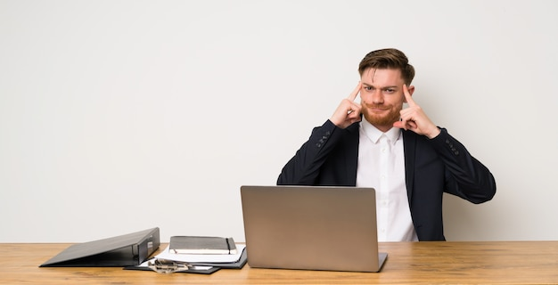 Homem negócios, em, um, escritório, tendo, dúvidas, e, pensando