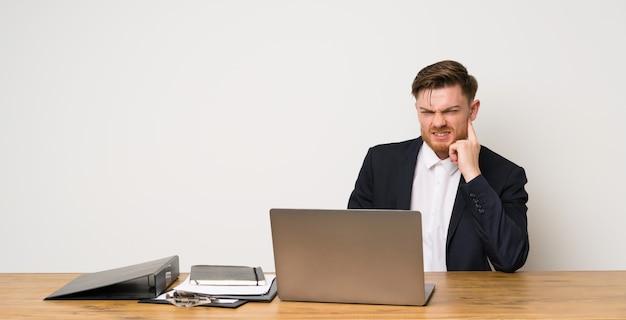 Homem negócios, em, um, escritório, tendo dúvidas