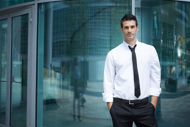 Homem negócios, em, urbano, meio ambiente