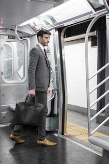 Homem negócios, em, vagão metrô