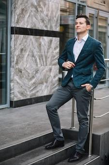 Homem negócios, escadas