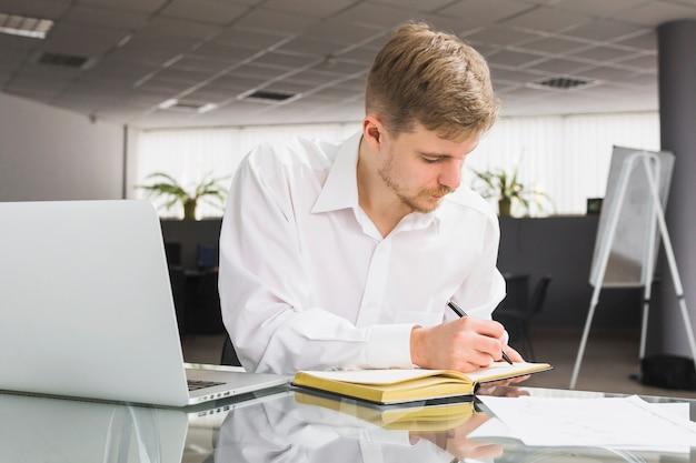 Homem negócios, escrita, cronograma, em, diário