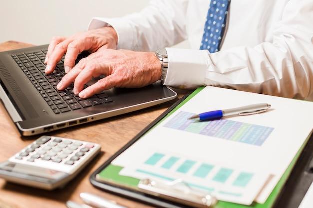 Homem negócios, escrita, laptop