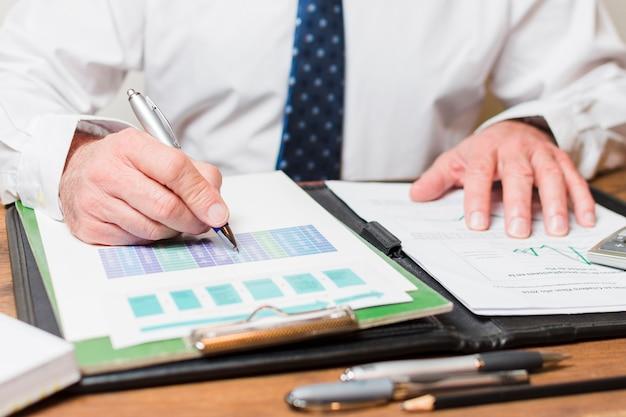 Homem negócios, escrita, ligado, documentos