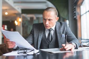Homem negócios, examinando, documento, em, caf�