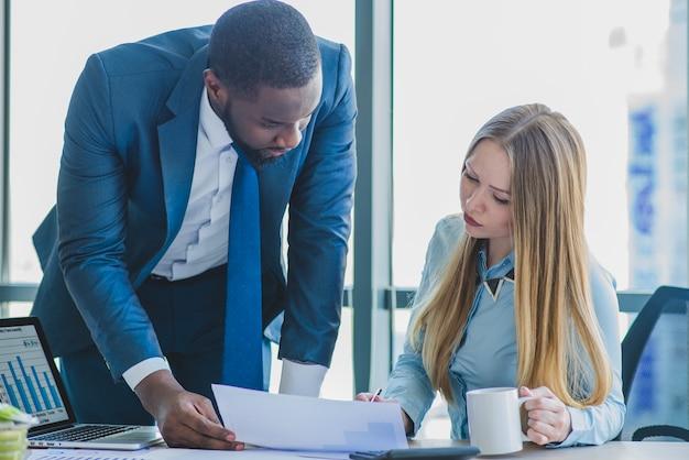 Homem negócios, executiva, verificar, documento