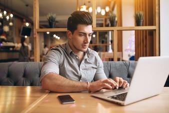 Homem negócios falando ao telefone em um café