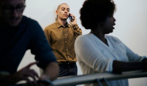 Homem negócios, falando, ligado, seu, telefone