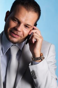 Homem negócios, falando, para, móvel, em, escritório