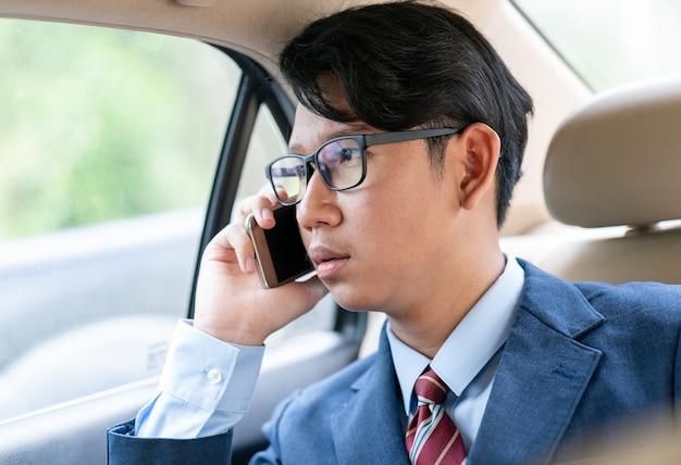 Homem negócios, falando, telefone, car