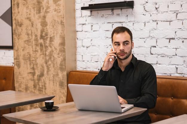 Homem negócios, falando telefone pilha, em, café
