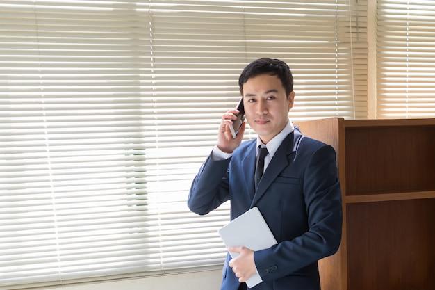 Homem negócios, falando telefone
