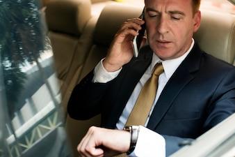 Homem negócios, falando, usando, telefone carro, dentro