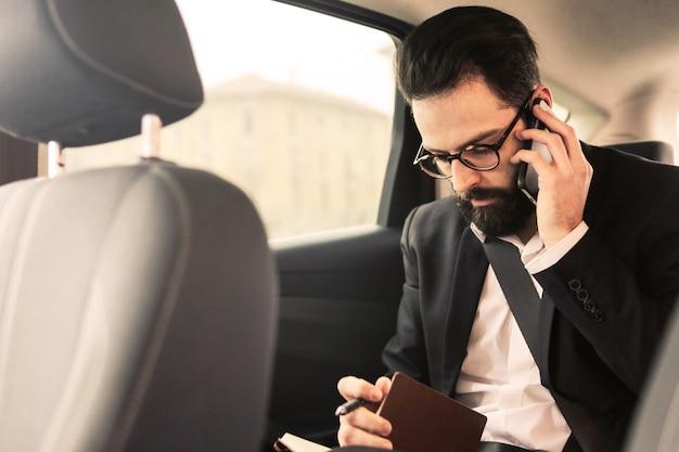 Homem negócios, fazer, chamada, de, um, car