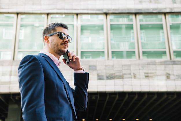 Homem negócios, fazer, telefonema, em, urbano, meio ambiente