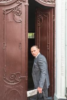 Homem negócios, ficar, em, porta
