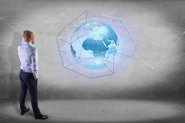Homem negócios, frente, um, parede, com, um, conectado, rede, sobre, um, globo terra, conceito