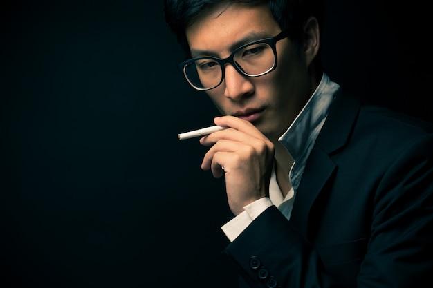 Homem negócios, fumando um cigarro