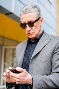 Homem negócios idoso, olhar, telefone móvel