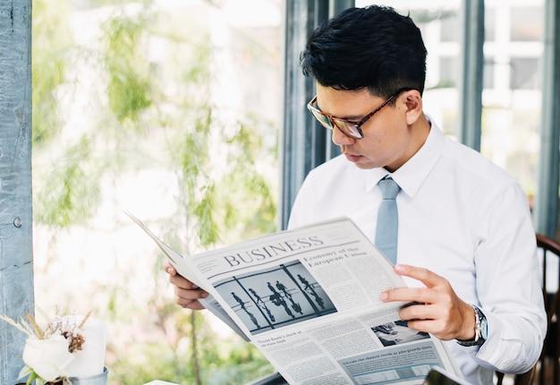 Homem negócios, jornal leitura, de manhã