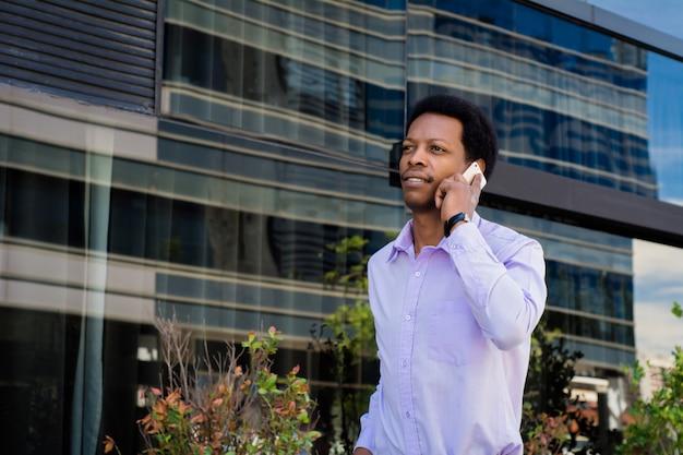 Homem negócios latino, falando telefone móvel