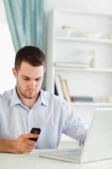 Homem negócios, leitura, mensagem texto, em, seu, homeoffice