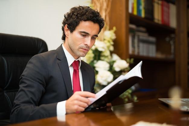 Homem negócios, leitura, seu, agenda