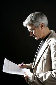 Homem negócios, leitura, trabalho, sênior, cinzento, cabelo