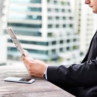 Homem negócios, lendo as notícias financeiras
