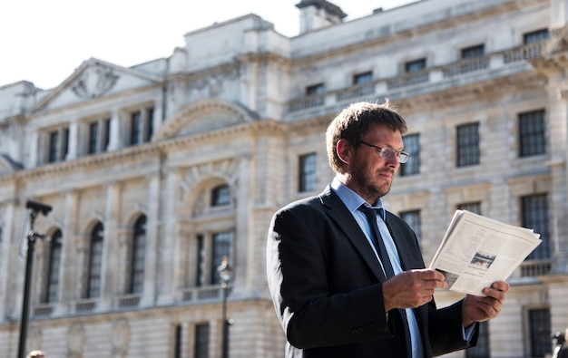 Homem negócios, lendo jornal