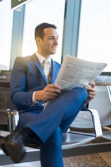 Homem negócios, lendo um jornal