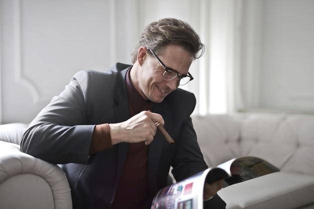 Homem negócios, lendo uma revista
