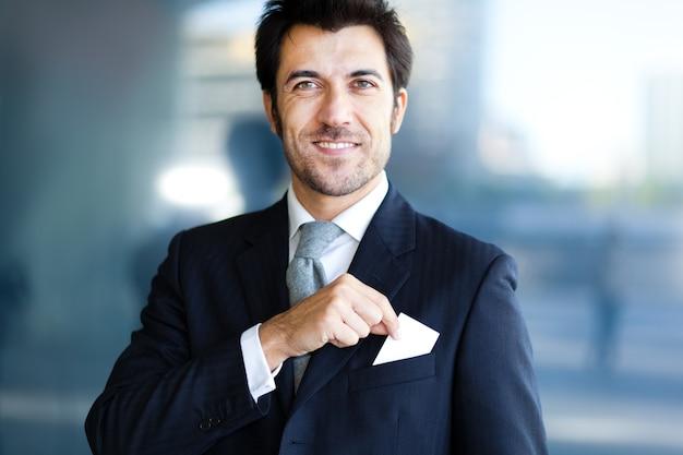 Homem negócios, levando, um, cartão cumprimento, de, seu, bolso