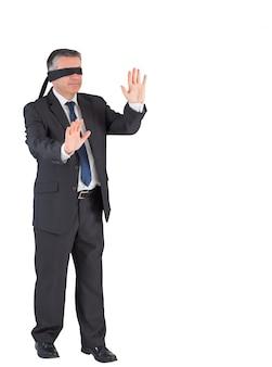 Homem negócios maduro, andar, com, blindfold