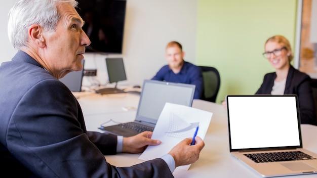 Homem negócios maduro, mostrando, gráfico, em, a, reunião negócio