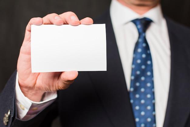 Homem negócios, mostrando, cartão