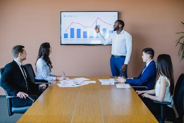 Homem negócios, mostrando, gráfico, tábua