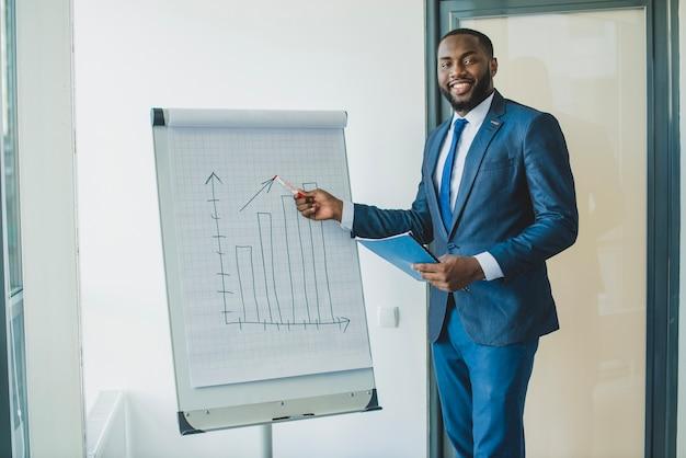 Homem negócios, mostrando, gráfico