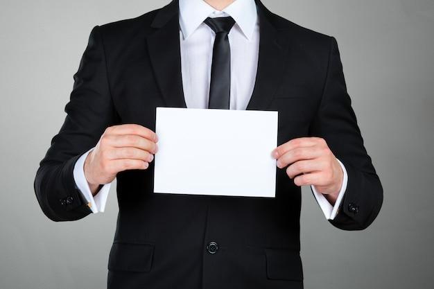 Homem negócios, mostrando, seu, cartão negócio