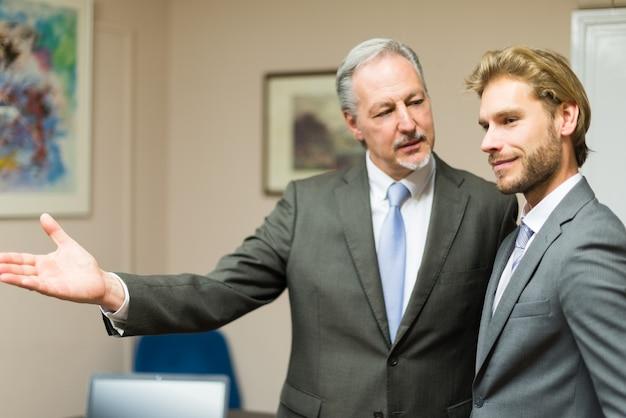 Homem negócios, mostrando, seu, escritório, para, um, cliente